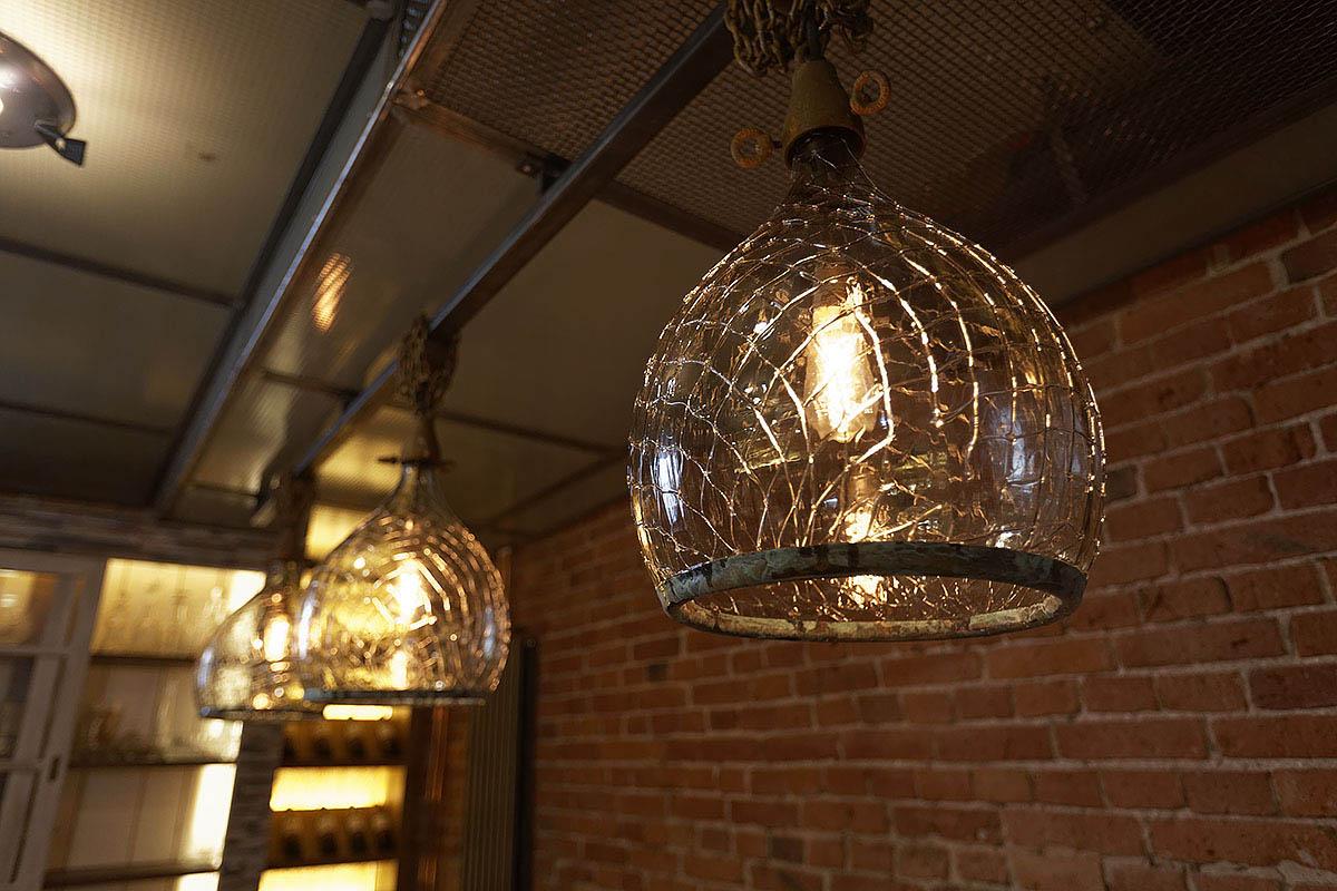 Lampa z ciętego balonu na wino wykonana na zamowienie do restauracji Prodiż Warszawski