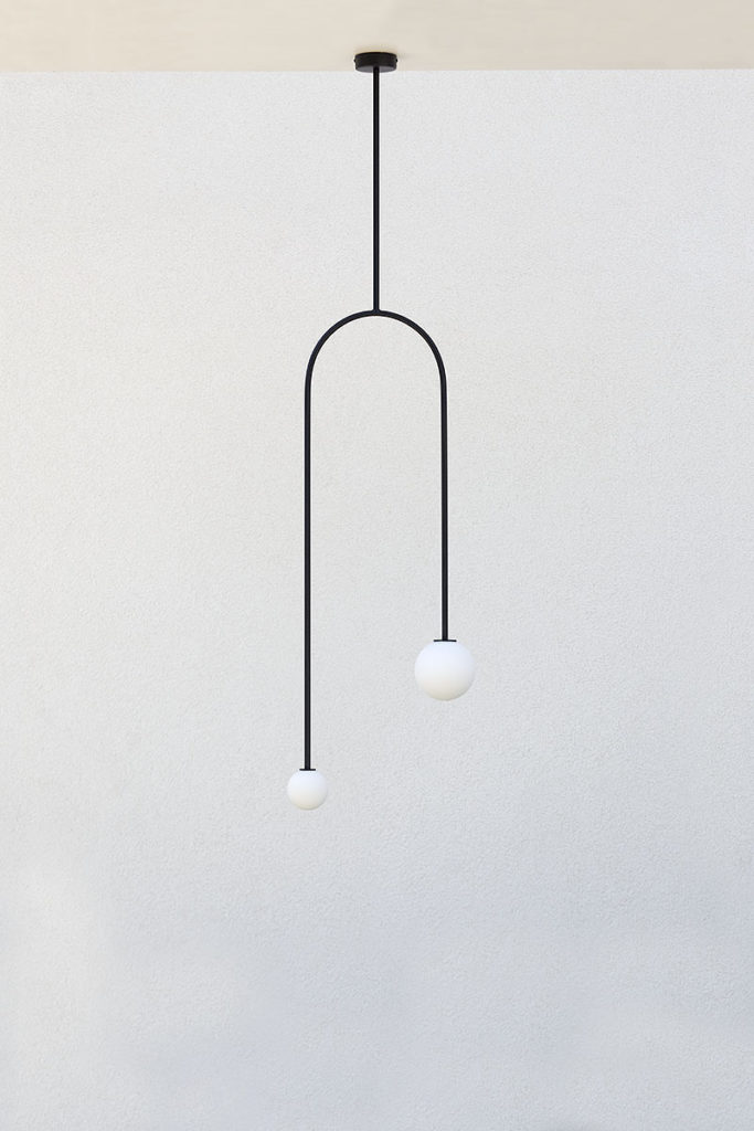 Czarna lampa nad stół do kuchni lub jadalni.