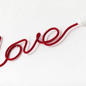 Czerwony kabel lampa napis love