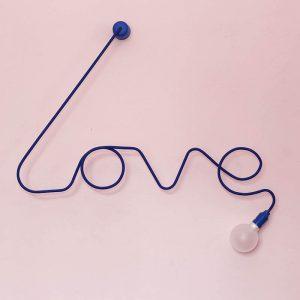 Ciekawy kinkiet w kształcie napisu love.